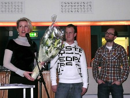 Kristin Sampson fra SKOK overrekker blomster til Mathias og Fredrik